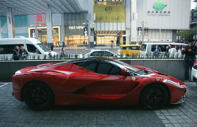 2000多萬的法拉利現身台北街頭,牌照有亮點!