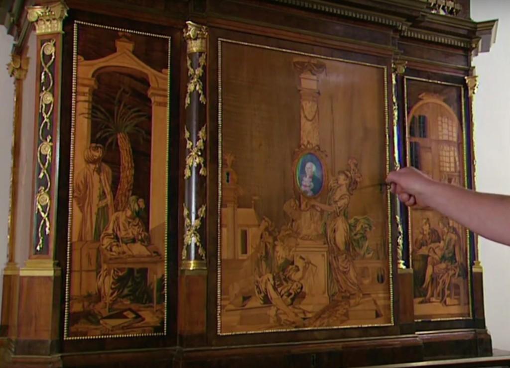 這個古董秘書櫃看起來跟一般的櫃子沒兩樣,但只要插入鑰匙就會出現讓你看到下巴掉下來的驚人畫面!
