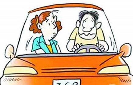 坐了已婚男同事的副駕駛,他妻子發微信問我一個問題後就開始罵