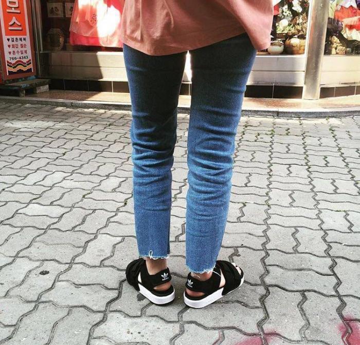 夏日涼鞋 ADIDAS vs NEW BALANCE 該要哪雙好 ?!
