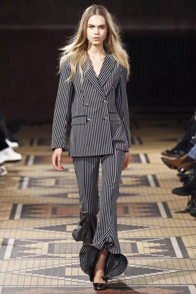 昕搭配|喇叭褲+高跟鞋=顯高顯瘦時髦LOOK!