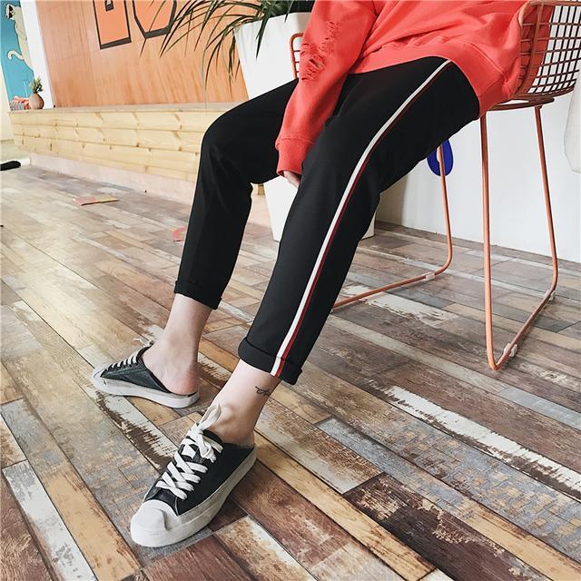 一款側邊條紋運動褲,隨性又時髦的感覺