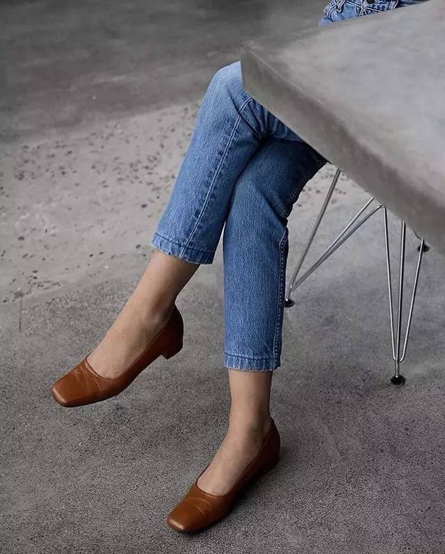 牛仔褲+平底鞋是入秋最基本套路,但你得會挑!