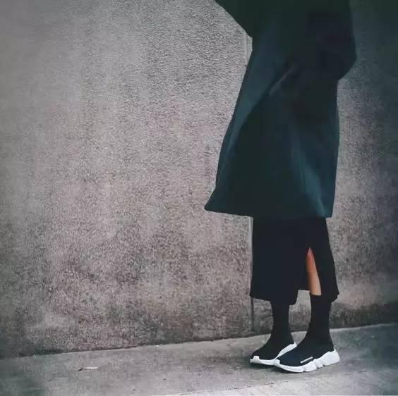 小白鞋穿膩了? 不如試試這雙明星們都在穿的經典又時髦的小黑鞋