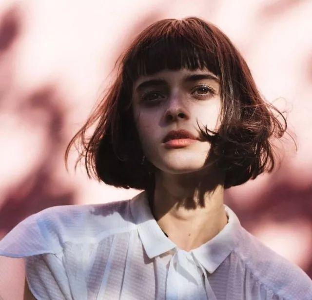 從長發到短髮這位西班牙的人氣麻豆,帶我們打開的短髮女孩復古造型的神奇新世界!