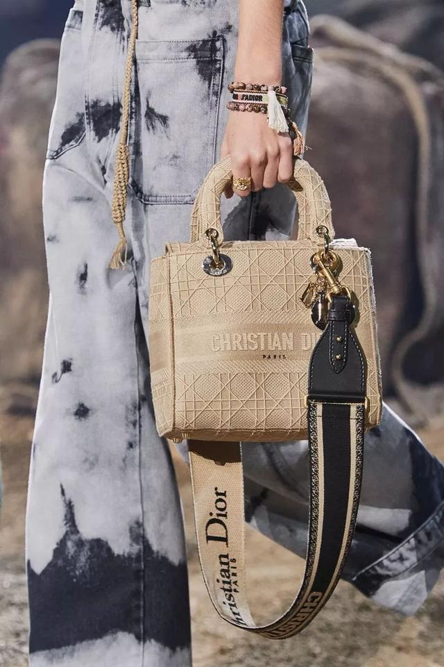 放大直擊美麗的迪奧Dior 2020春夏秀中的大包袋