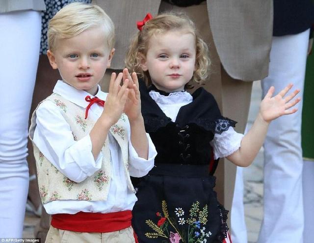 摩納哥王室野餐,夏琳王妃的龍鳳胎寶寶太萌了,堪比英國喬治王子