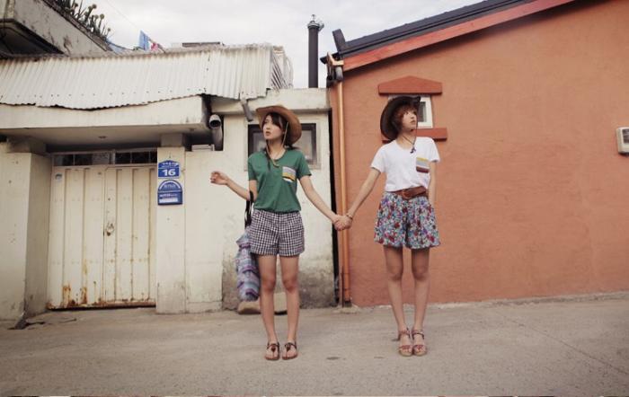 別再自拍了,跟閨蜜一起就要這樣拍:20招閨蜜照必備pose(雙人街拍篇)